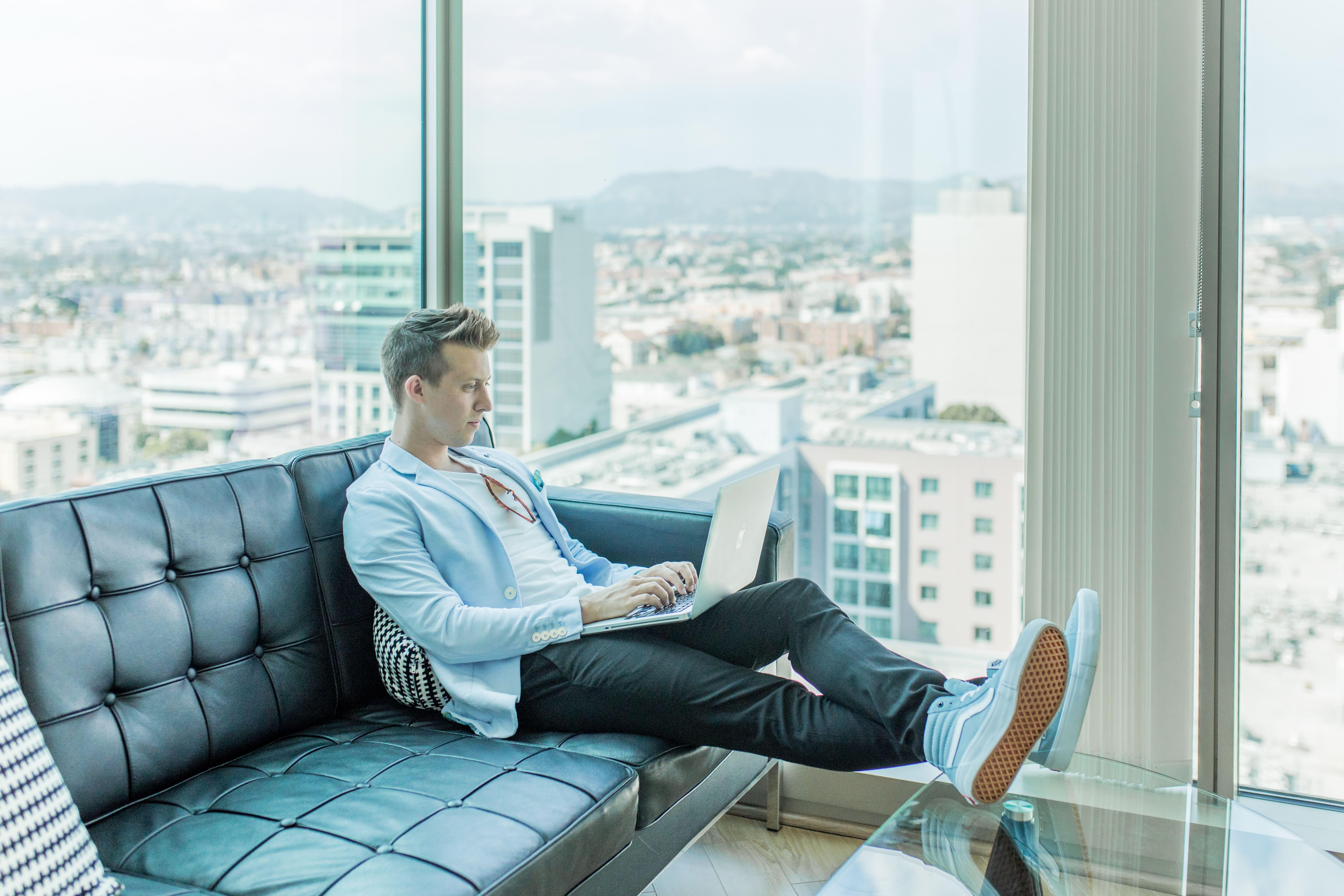 高層ビルで仕事をする男性