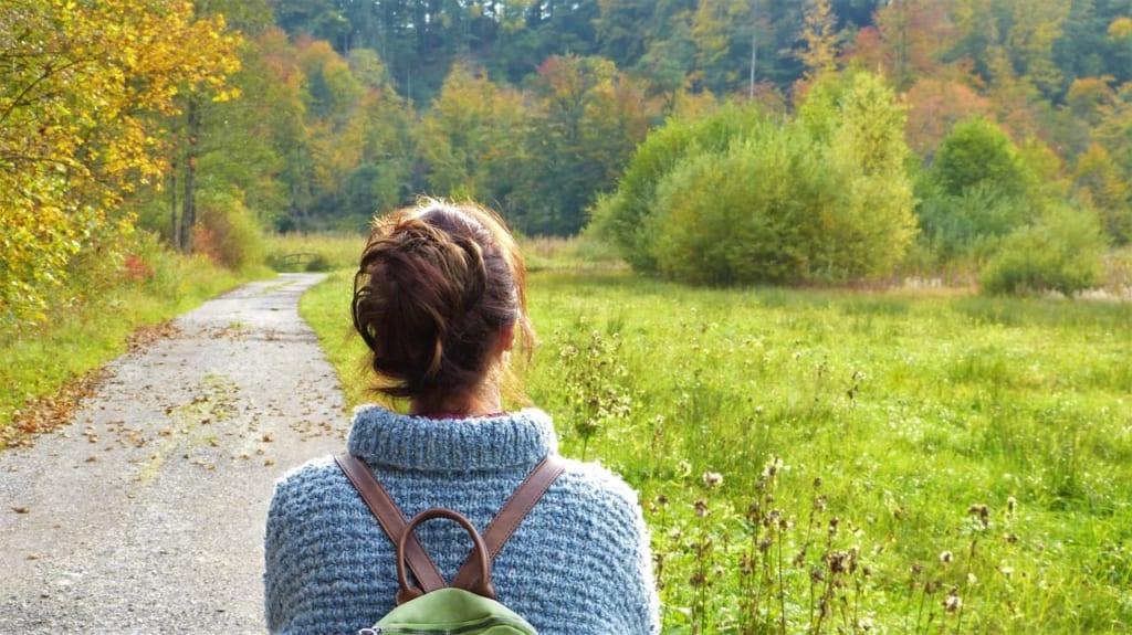 自然を歩く女性