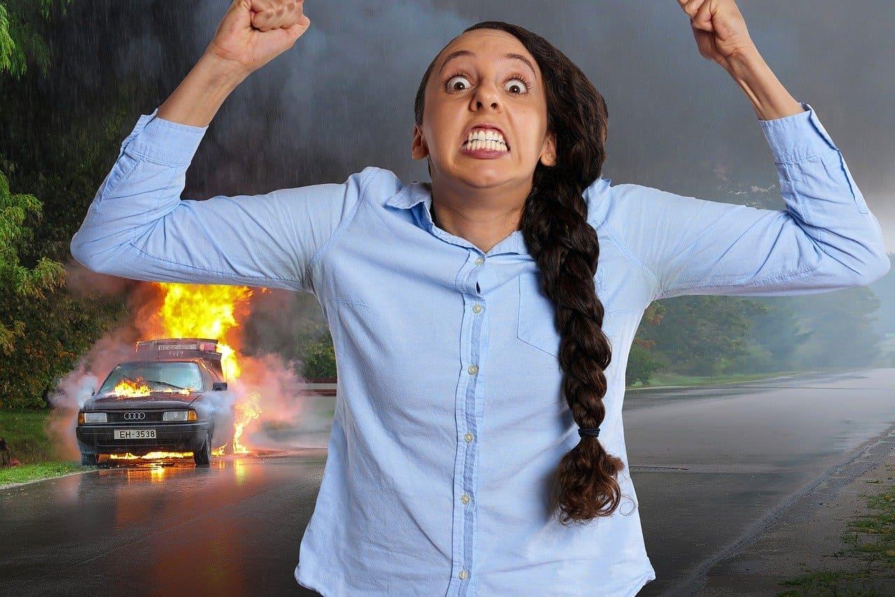 女性が怒っている画像