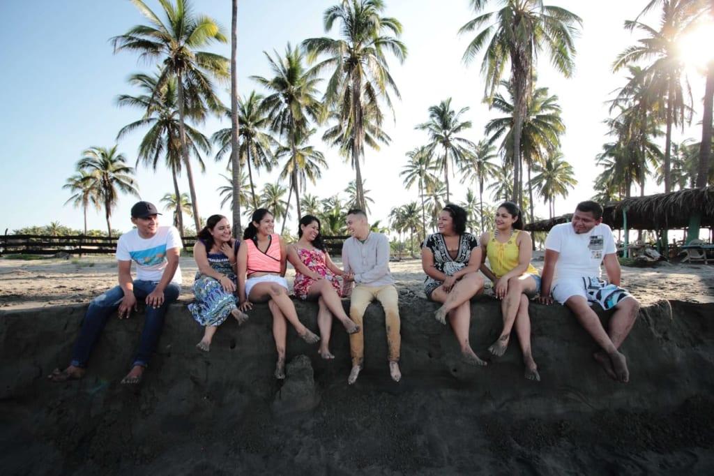 海岸に並ぶ男女