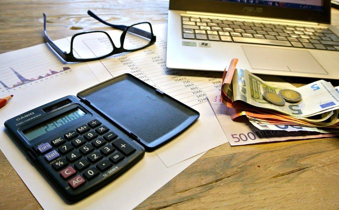お金の計算をしている画像