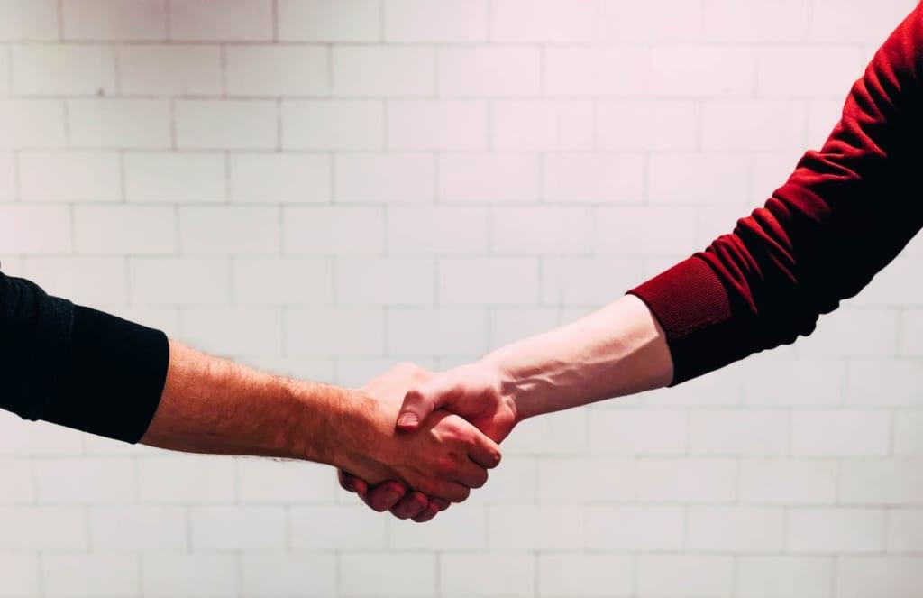 握手する2人