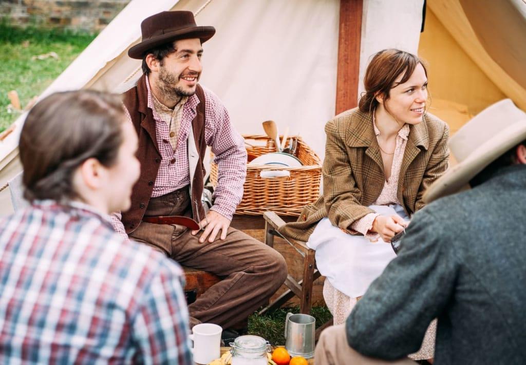 キャンプで会話をしあう男女