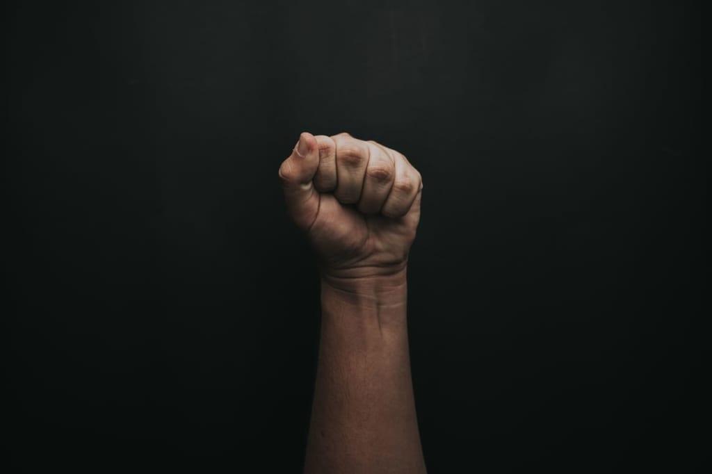 拳を突き上げる画像