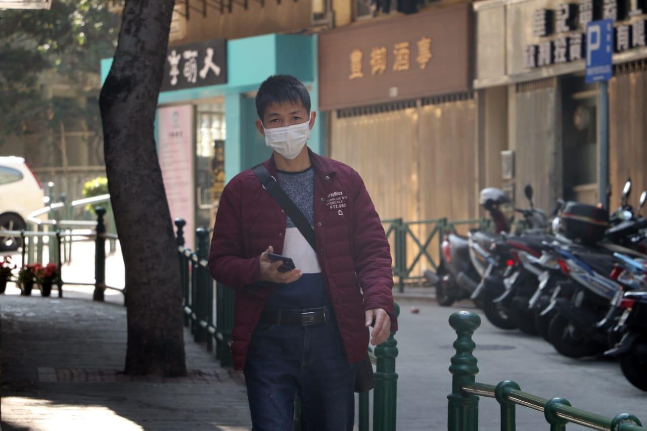 マスクをした歩く男性