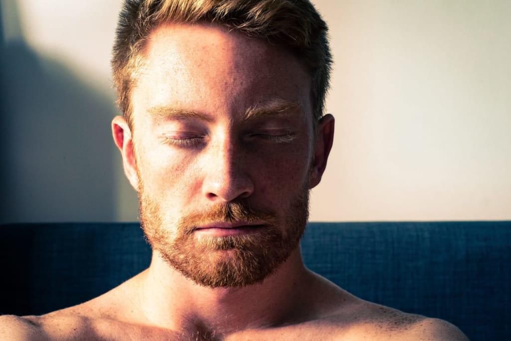 目を瞑る男性