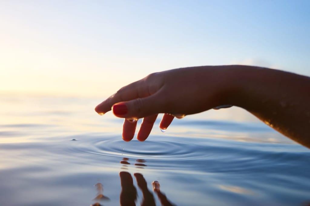 水に触れる手