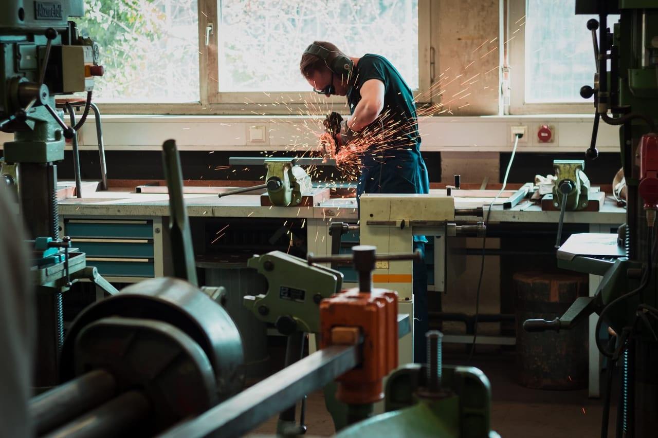 物を作る男性