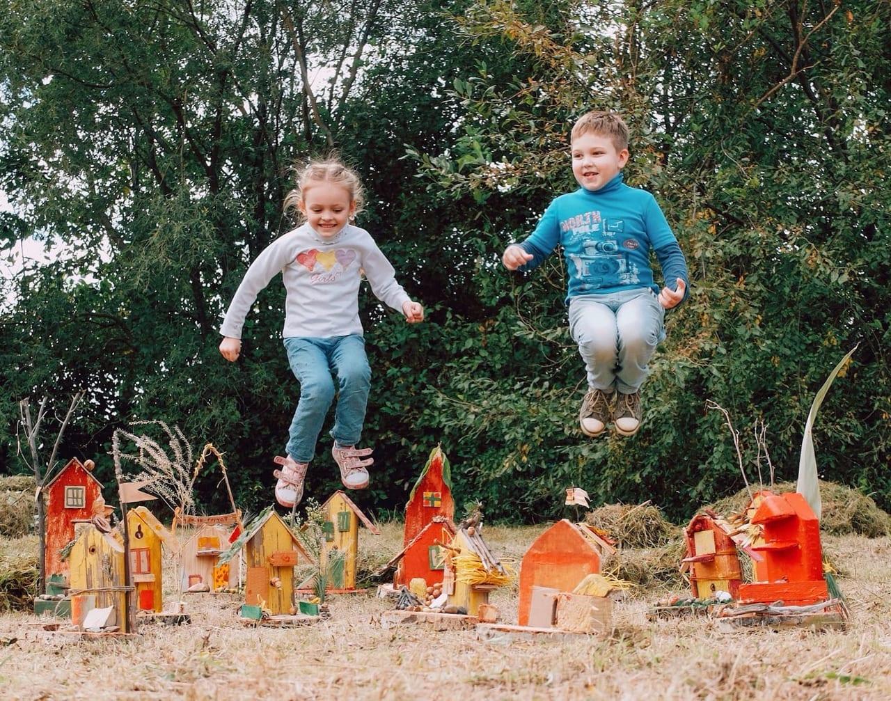 ジャンプしている子ども