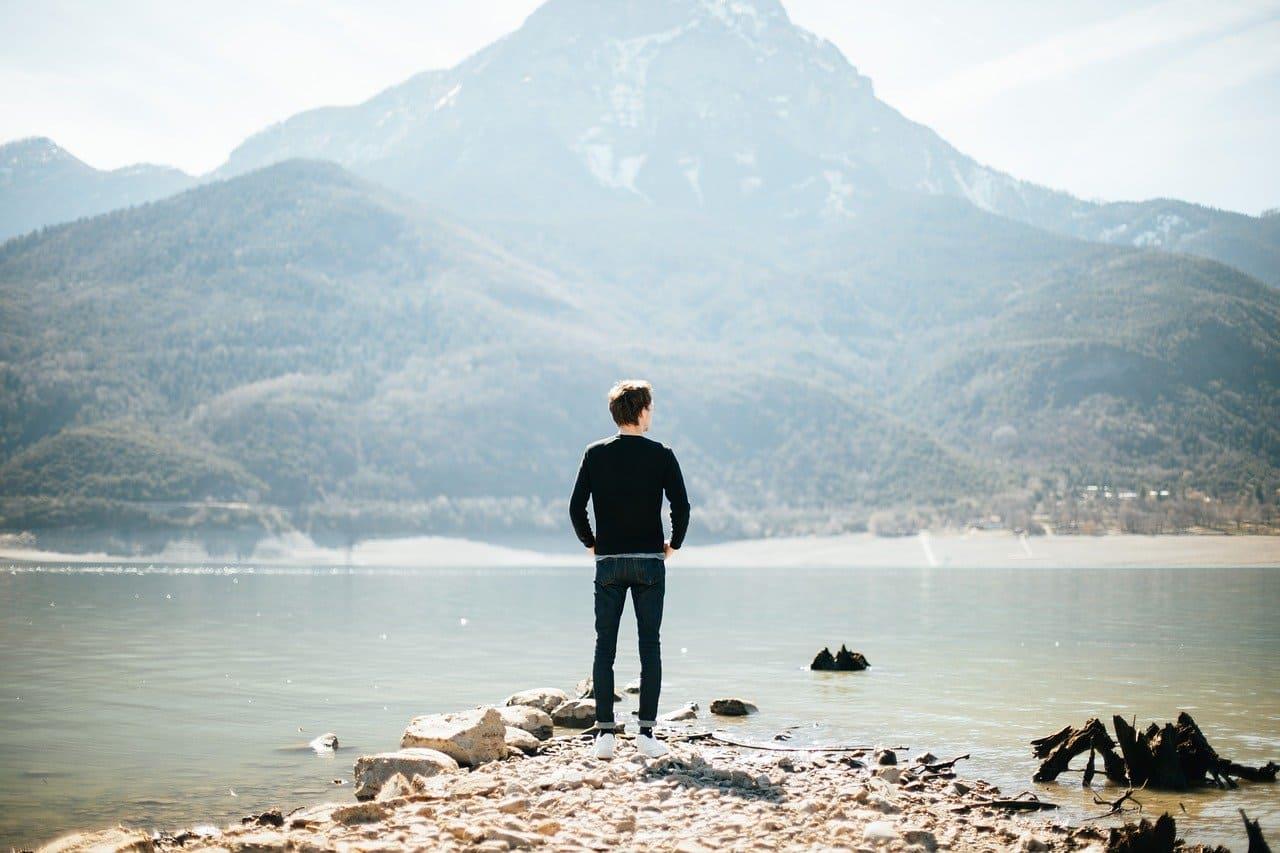 湖で決心する男性